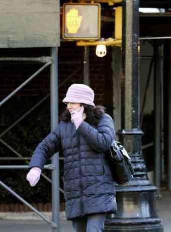Delincuente cruzando la calle mientras habla por el móvil. ¡Que vergüenza...!