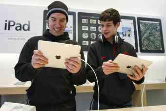 jovenes prueban iPad