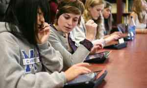 jovenes utilizando tablet1